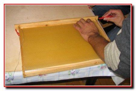 Вощение пчелиных рамок
